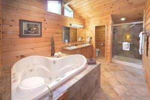A bathroom at The Lodges at Cresthaven