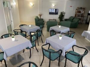 A restaurant or other place to eat at Hotel Ilha