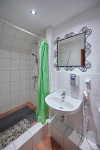 A bathroom at Strandhotel Weißer Berg