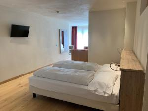 A bed or beds in a room at Hotel Alba