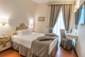 A bed or beds in a room at Hotel Machiavelli Palace