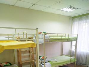 Двухъярусная кровать или двухъярусные кровати в номере Hostel Brigit na Ladojskoy