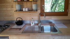 Cuisine ou kitchenette dans l'établissement Le Petit Rias en Roulotte, 4 personnes, coin cuisine et cabinet de toilette