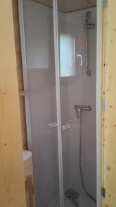 Salle de bains dans l'établissement Le Petit Rias en Roulotte, 4 personnes, coin cuisine et cabinet de toilette