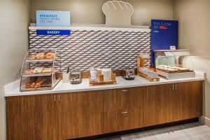 A kitchen or kitchenette at Holiday Inn Express Hotel and Suites Saint Robert, an IHG Hotel