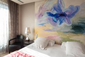 A bed or beds in a room at Hotel MiM Sitges