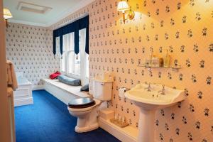 A bathroom at Netley Hall Hotel