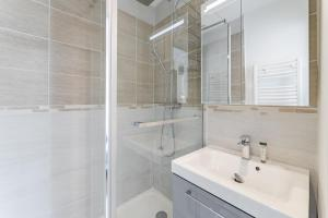 A bathroom at CHARMING BRIGHT AND EQUIPPED APARTMENT