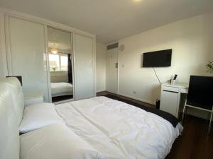 A bed or beds in a room at Spacious double room close to train station