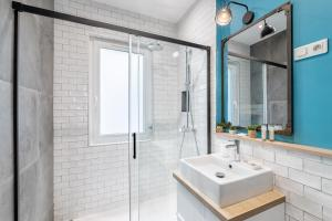 A bathroom at IDEAL LOCATION : the best equipment CLIM...