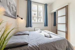 A bed or beds in a room at IDEAL LOCATION : the best equipment CLIM...