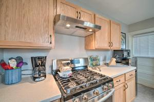 Cucina o angolo cottura di Well-equipped Cody Cottage 2 Miles to Cody Rodeo!