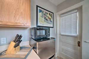 TV o dispositivi per l'intrattenimento presso Well-equipped Cody Cottage 2 Miles to Cody Rodeo!
