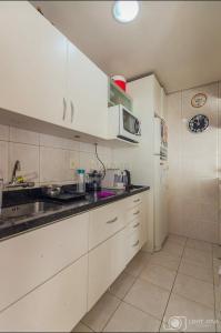 A kitchen or kitchenette at Apartamento Aconchegante em excelente localização