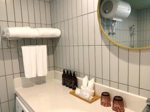 A bathroom at Qundao Xixi Park Hotel