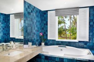 Een badkamer bij Avani Kalutara Resort