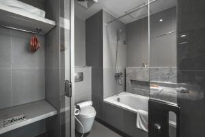 Ванная комната в HARRIS Hotel & Conventions Malang