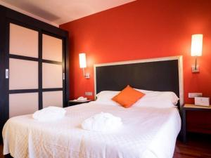 A bed or beds in a room at Plaza Hotel Catania