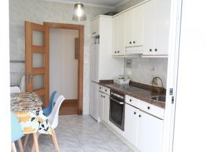 A kitchen or kitchenette at Cálido Apartamento Céntrico Junto Funicular y Metro BY Urban Hosts