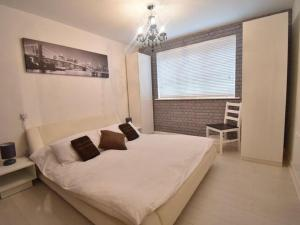 A bed or beds in a room at Alluring Apartment in Coventry near the Industrial Estate