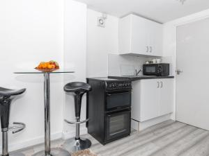 A kitchen or kitchenette at Simplistic Apartment in Croydon near Wandle Park