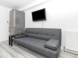 A seating area at Simplistic Apartment in Croydon near Wandle Park