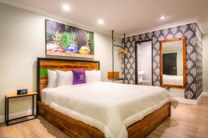 A bed or beds in a room at Hotel Solaire Los Angeles