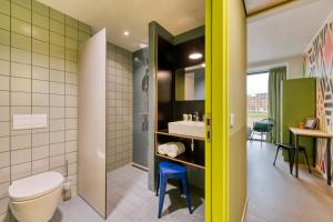 A bathroom at Stayokay Hostel Maastricht
