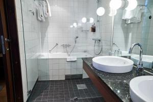 Ett badrum på Clarion Hotel Post