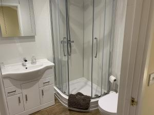 A bathroom at Southernwood - Garden Lodge 12