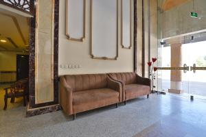 Uma área de estar em OYO 429 Hamsat Taiba Hotel