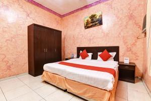 Cama ou camas em um quarto em OYO 470 Dar Lafina