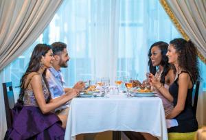 Ein Restaurant oder anderes Speiselokal in der Unterkunft Sunrise Crystal Bay Resort -Grand Select