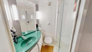A bathroom at ibis Hotel Köln Airport