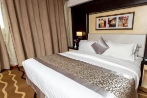Cama ou camas em um quarto em National Park Hotel