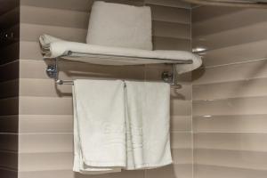 Um banheiro em National Park Hotel