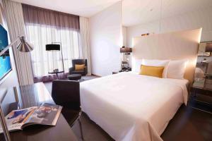 سرير أو أسرّة في غرفة في Centro Corniche Al Khobar by Rotana