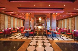 مطعم أو مكان آخر لتناول الطعام في Sunrise Arabian Beach Resort