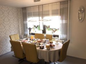 Ein Restaurant oder anderes Speiselokal in der Unterkunft Ferienwohnungen und Gästezimmer Herrmann