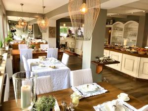 Ein Restaurant oder anderes Speiselokal in der Unterkunft Hotel zur Sonne