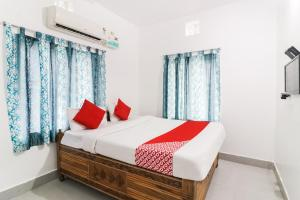 A bed or beds in a room at OYO 68575 Dhauli Palace