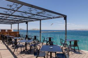 A restaurant or other place to eat at Les Bords De Mer