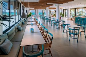 A restaurant or other place to eat at Caprici Beach Hotel & Spa