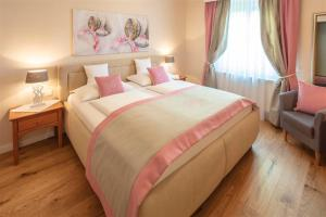 A bed or beds in a room at Donauhof - Hotel garni