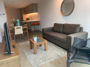 A seating area at Serviced Apartments Melbourne Aus108