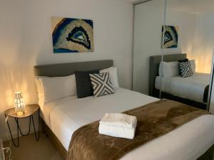 A bed or beds in a room at Serviced Apartments Melbourne Aus108