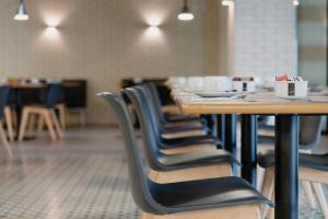 Um restaurante ou outro lugar para comer em Hotel Alif Campo Pequeno
