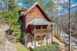 Custom Cabin: Hot Tub, Resort Pool, Arcade Games, and 2 Miles from The Island!