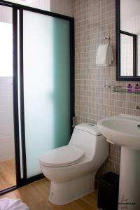 A bathroom at Suvarnabhumi Ville Airport Hotel
