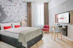 A bed or beds in a room at IntercityHotel Hamburg-Barmbek